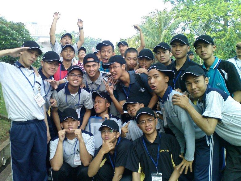 Sebagian dari 75 orang, di Pusdiklat Kalibata. Di sela2 latihan baris2 berbaris di bawah arahan Pak Kamto dan Pak Pangat, tentara dari Rindam Jaya. Foto diambil dari Dunia Muam (www.duniamuam.blogspot.com).