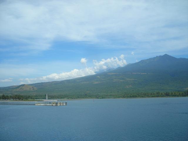 Pelabuhan Khayangan, Lombok Timur. Berlatar belakang Gunung Rinjani. Siapa tak ingin ke sana?