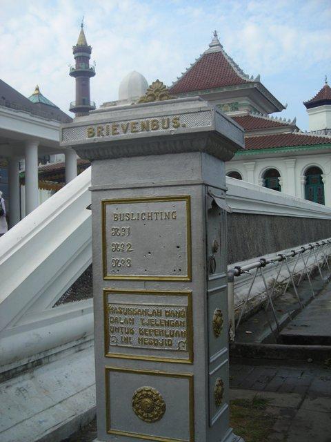 BRIEVENBUS. Masukkanlah uang dalam tjelengan untuk keperluan ini mesjid