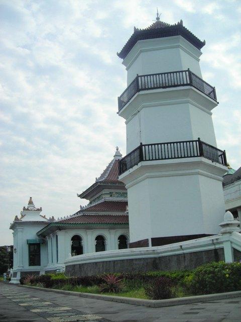 menara Masjid Agung Palembang. Setinggi 20 meter. Didirikan pada abad 18.