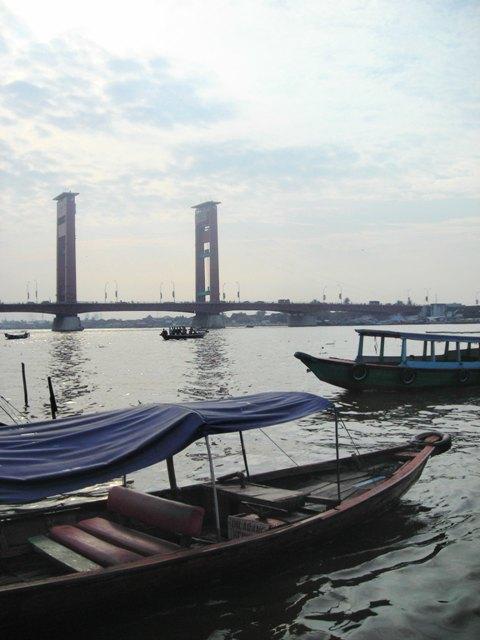 Perahu di tepian Sungai Musi. Menunggu penumpang.