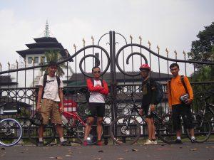Di depan Gedung Sate. Cina, Mas Andec, Grandong, dan saya
