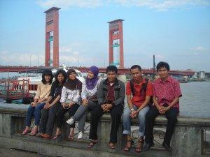 rombongan di depan jembatan Ampera