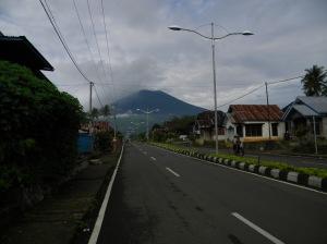 Pagar Alam. Sepotong pemadangan kota dengan latar Gunung Dempo.